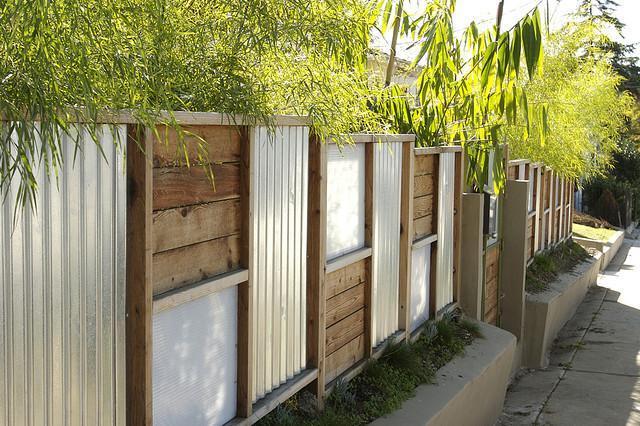 Как построить забор надачном участке
