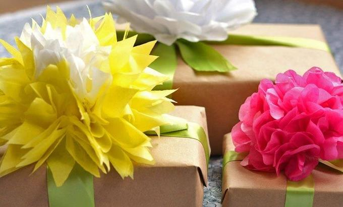 Как сделать цветы для оформления подарков изоберточной бумаги
