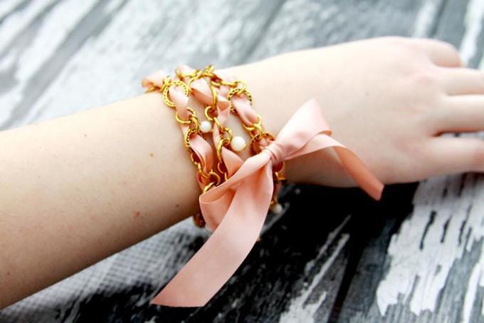 Как сделать браслет изцепочки иленты своими руками