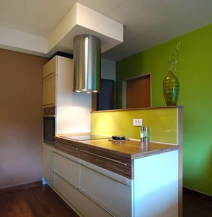 Кухня с фальш-стеной