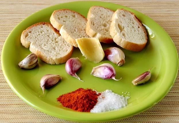 Приготовление чесночных сухариков