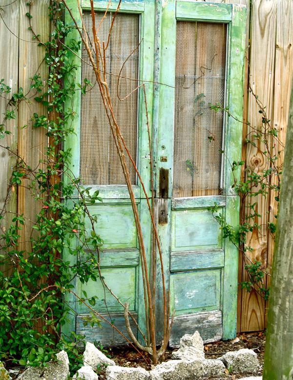 Старые двери вландшафтном дизайне. Оригинальные идеи
