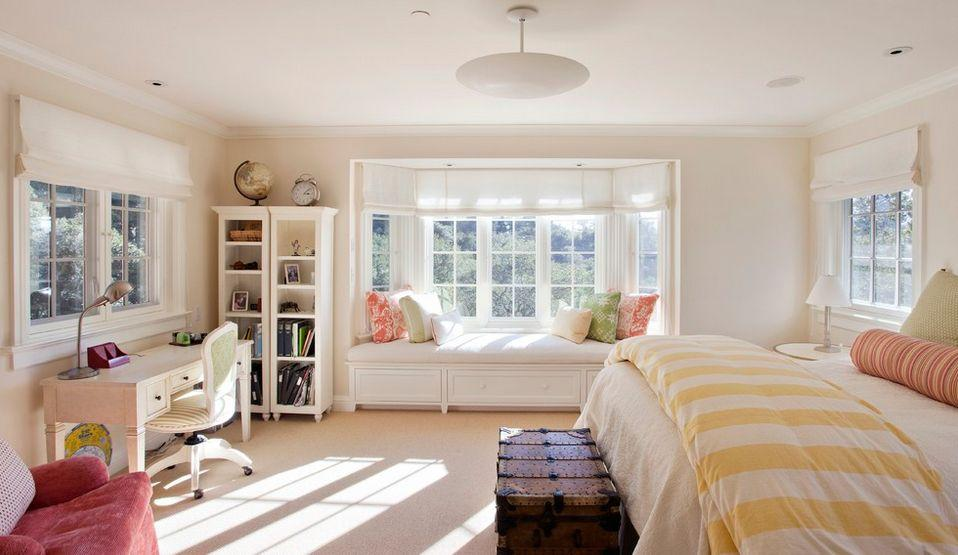 эркер в спальне + римские шторы + скамейка с нишами