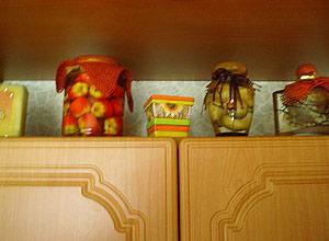 Декоративные бутылки на кухне