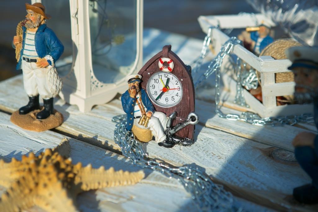 Часы с моряком