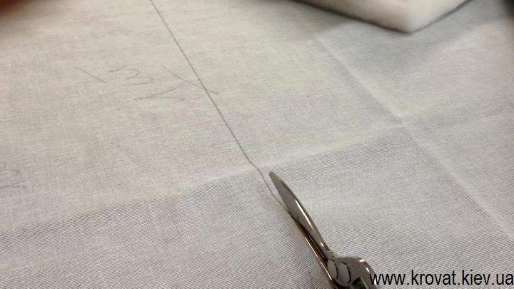Вырезаем обивочную ткань