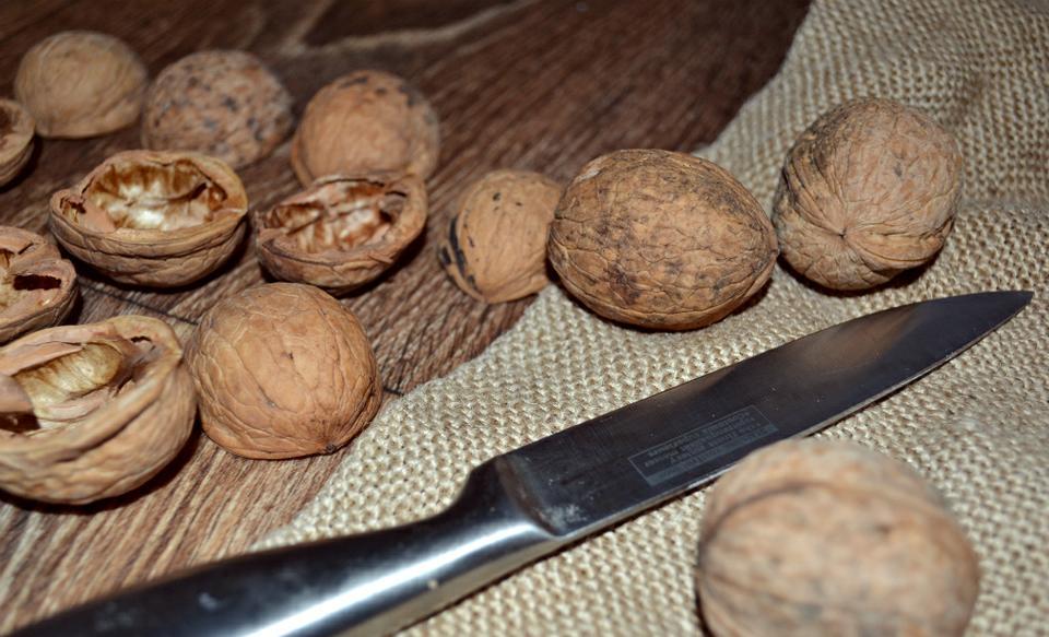 Грецкие орехи в новогоднем декоре фото