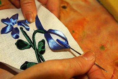 Вышиваем из атласных лент своими руками