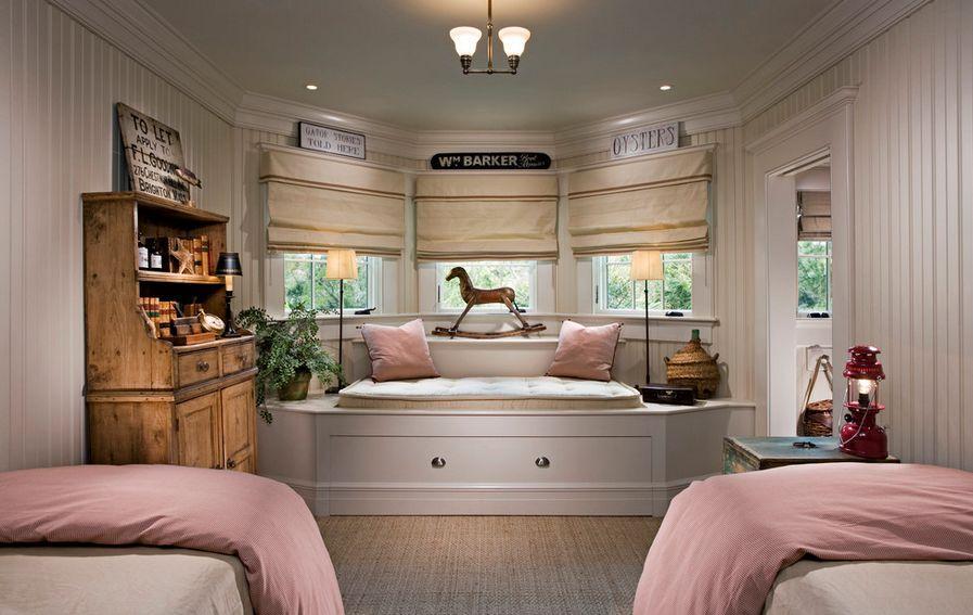 эркер в спальне с римскими шторами