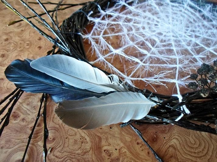 Паутина с перьями