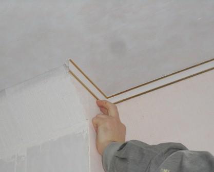 Монтаж потолочного плинтуса картинка