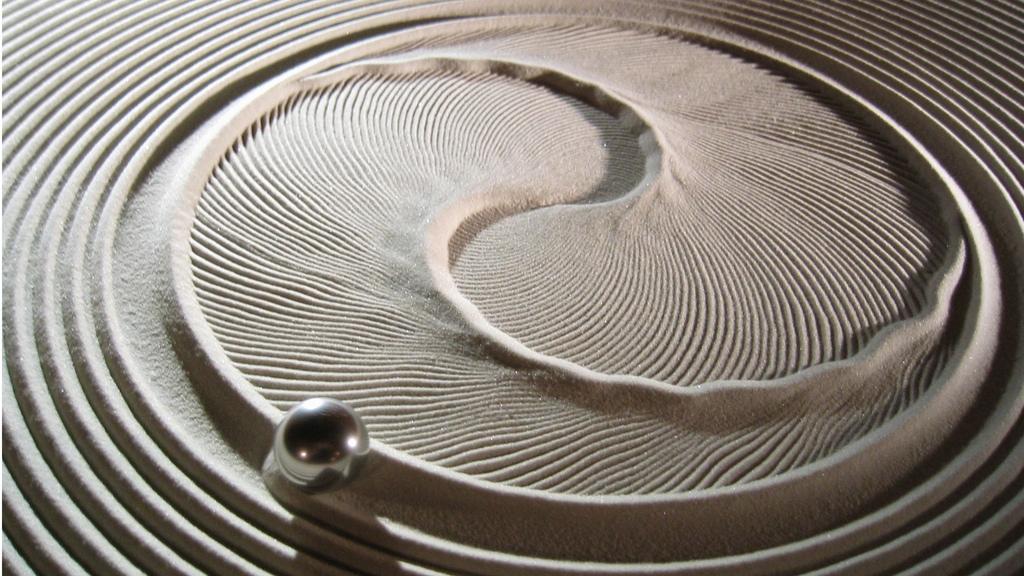 Потрясающий дизайнерский стол, который сам создает песчаные рисунки