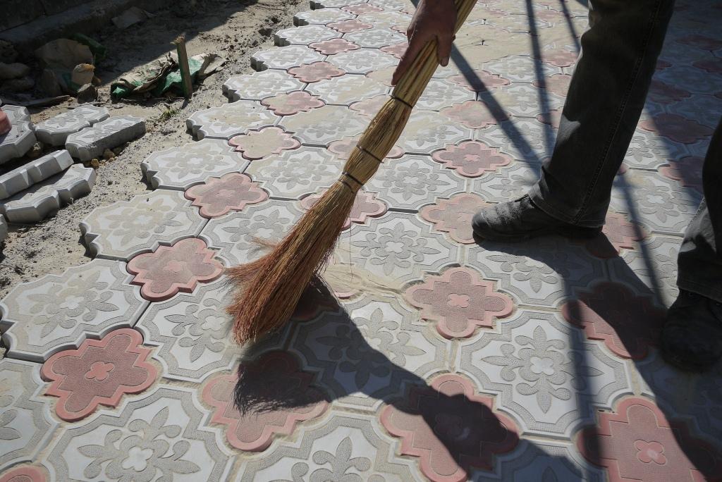 Устранение щелей у тротуарной плитки