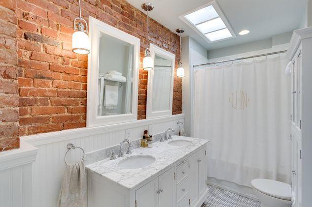 Кирпич в интерьере ванной