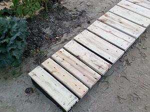 Как сделать дорожки из дерева на даче своими руками