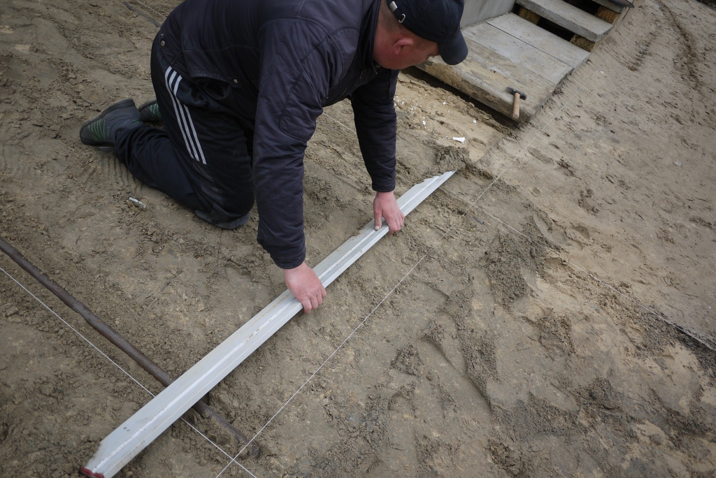 Выравнивание грунта и труб под плиткой