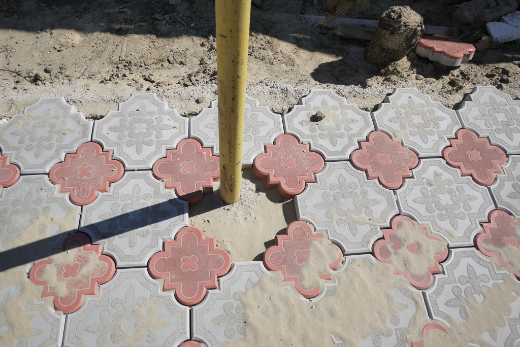 Обход препятствий при укладке тротуарной плитки