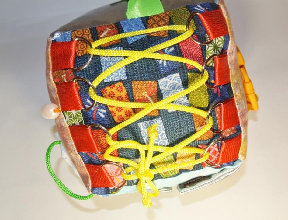 Развивающий куб шнурки