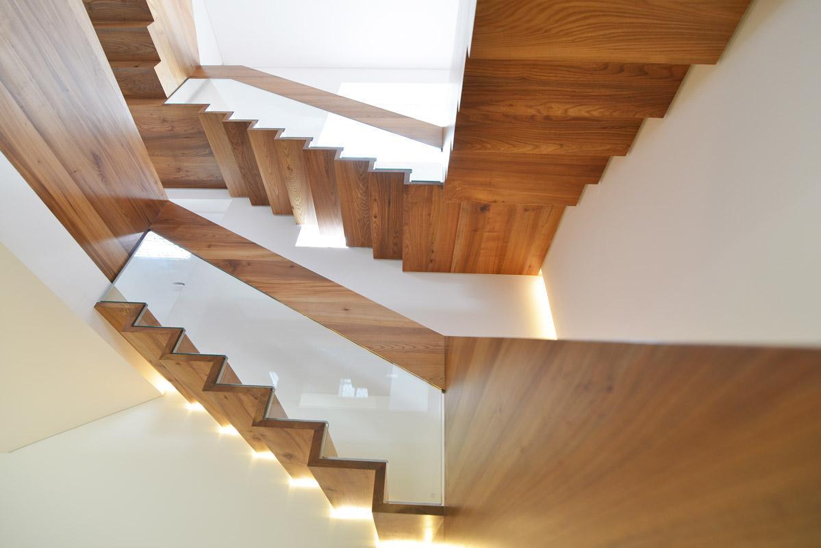 Как избежать ошибок при строительстве лестницы вмногоэтажном загородном доме