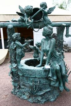 Бронзовая скульптура в саду