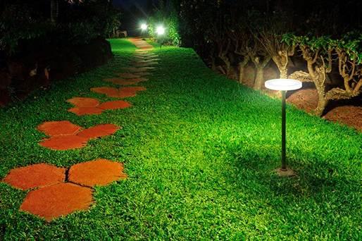 Низкая подсветка тропинки