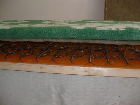 Закрепляем одеяло на диване