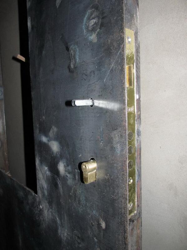 металлические двери с окошком холодной ковки