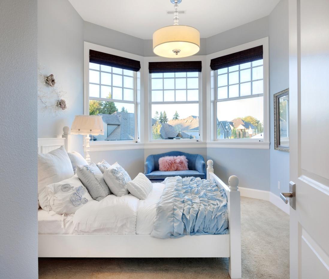 Дизайн комнаты с эркерным окном фото