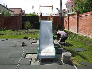 Винтовой свайный фундамент на детской площадке