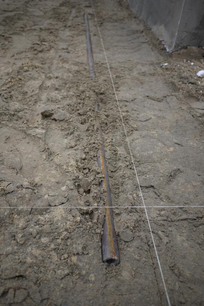 Укладываем трубы под тротуарной плиткой