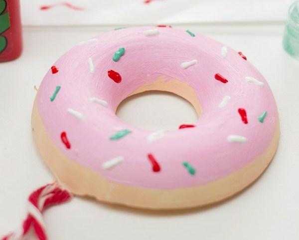 Как сделать елочные украшения ввиде аппетитных пончиков